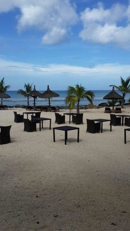 InterContinental Mauritius Resort Balaclava Fort: Tables setup going for romantic dinner at beach