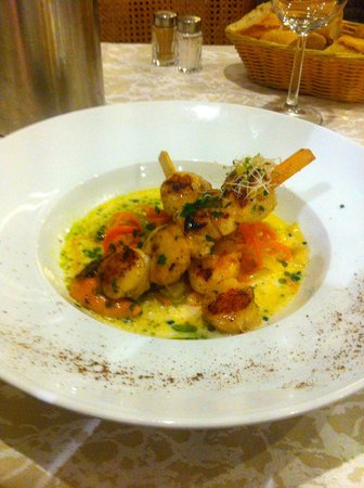 Le Chalet Lyrique : Skewer of Scallops with julienne of vegetables in coconut milk and lime