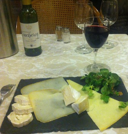 Le Chalet Lyrique : Local cheeses served on a slate