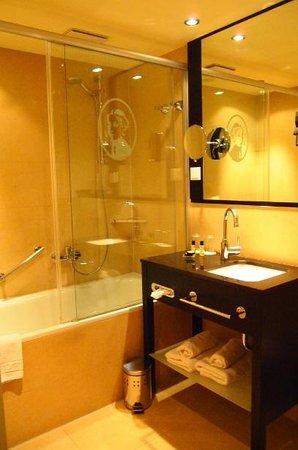 Victoria Hotel: バスルームもキレイ