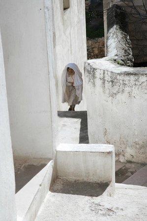 Région de Fès-Boulemane, Maroc : older women wear ihafs or tarfs on their heads that cover their entire bodies