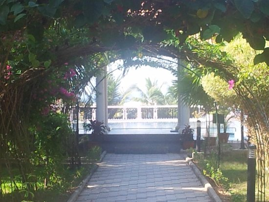 Isola Di Cocco Beach Resort: walkway through pergola to pool and restaurant