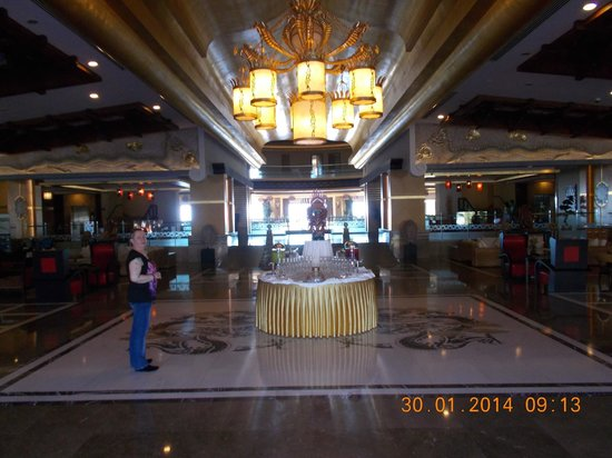 Royal Dragon Hotel: massive lobby area