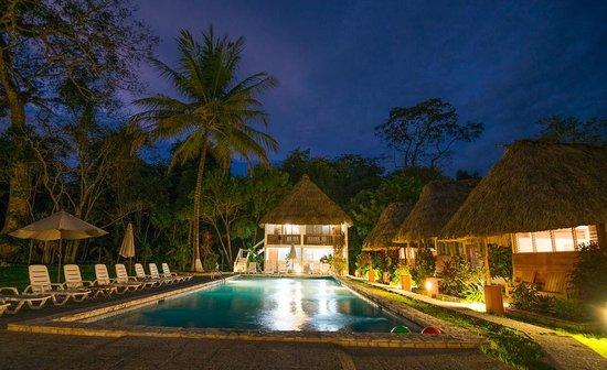 Hotel Tikal Inn: Main courtyard and pool area