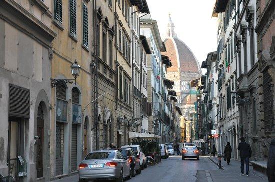 Hotel Le Due Fontane: Via dei Servi -улица, ведущая к Собору