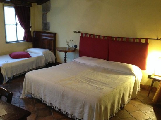 L'Angolo del Poeta: Double bed and an extra single bed within the room