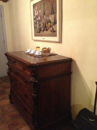 L'Angolo del Poeta: Antique furniture within the room