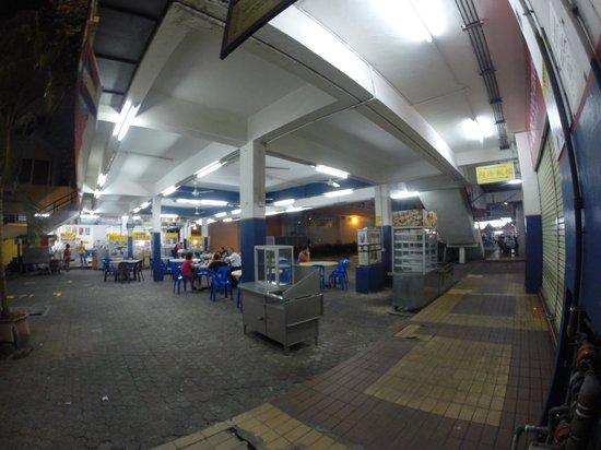 Cititel Express Kota Kinabalu : 飯店旁就有美食廣場