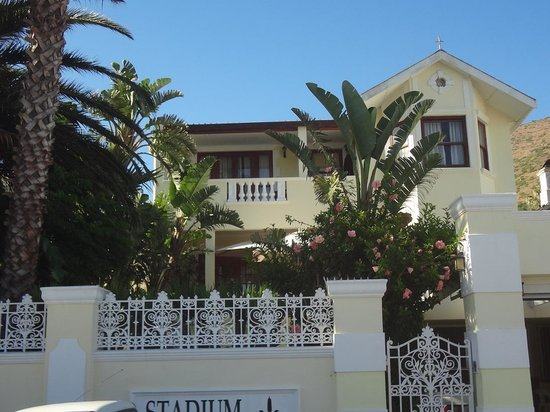 Stadium Guest House: FRONT VIEW