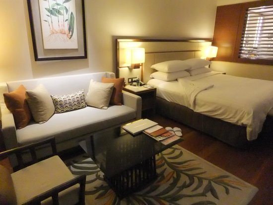 Shangri-La Hotel, Singapore : Bed and sitting area