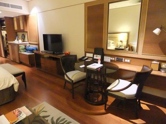Shangri-La Hotel, Singapore: desk and tv area