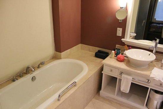 Vivanta by Taj - Fort Aguada, Goa: Bathroom - Bathtub