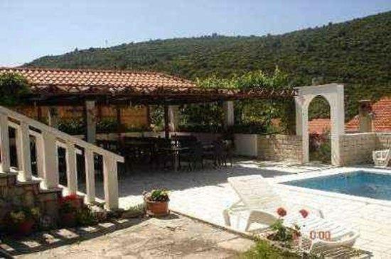 Villa Castello: Pool on the restaurant terrace.