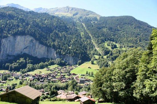 Lauterbrunnen Valley Waterfalls: Вниз к Лаутербрюннену из Грючальпа