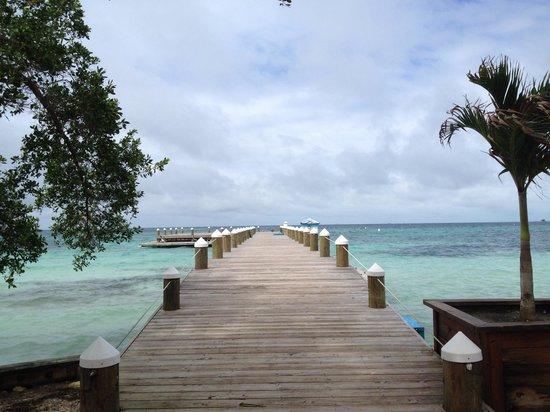 Hatchet Caye Resort: Arrival dock