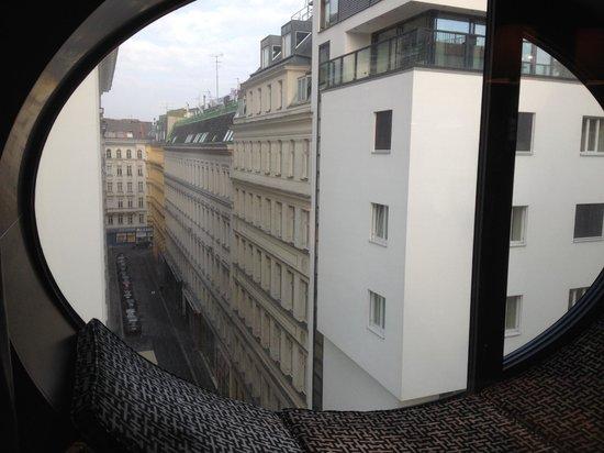 هوتل توباز: Лежать на подоконнике и смотреть на Вену можно долго.