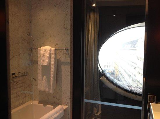 Hotel Topazz : Окно в ванной - это свежо!
