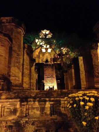 Po Nagar Cham Towers: 門を入って、下からタワーを見上げる