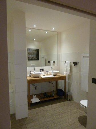 Hotel du Commerce: Badkamer met dubbele lavabo