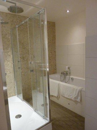 Hotel du Commerce: Badkamer met bubbelbad en douche met dubbele regenkop