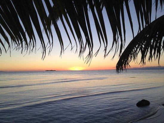 Hatchet Caye Resort: Hatchet Caye sunset