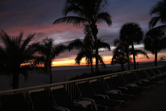 Grand Plaza Beachfront Resort Hotel & Conference Center: beautiful sunset views from pool side