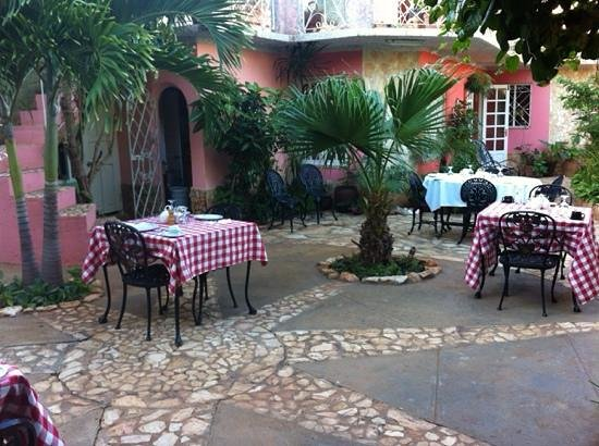 Casa OsmaryAlberto: the terrace set up for breakfast