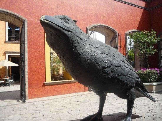 Destilería La Rojeña de José Cuervo: estátua do corvo na entrada