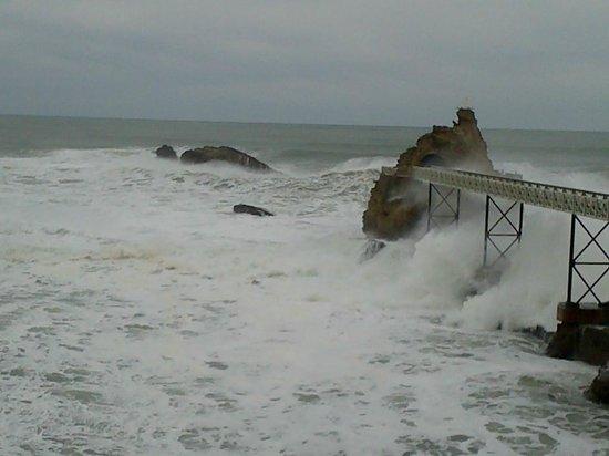 Mer déchainée contre le rocher de la vierge