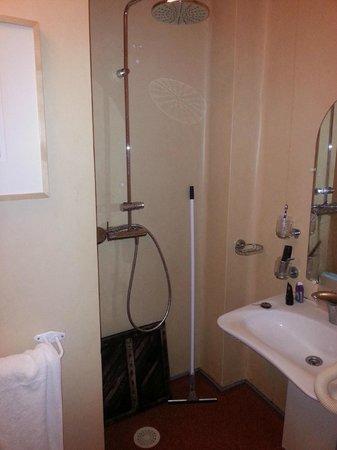 St Claire Hotel: Douche sans séparation/proximité lavabo/raclette/Caillebotis