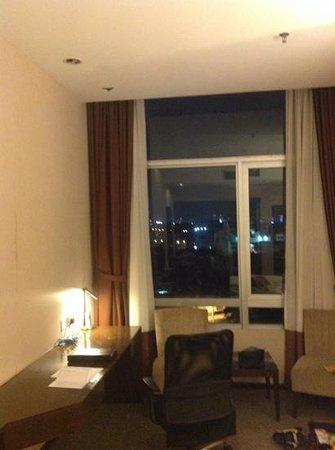 Furama Bukit Bintang: hotelroom at night