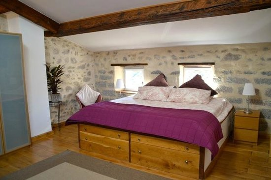 Holidays in Lagrasse : Grenier Apartment - Master bedroom with bespoke Emperor bed.