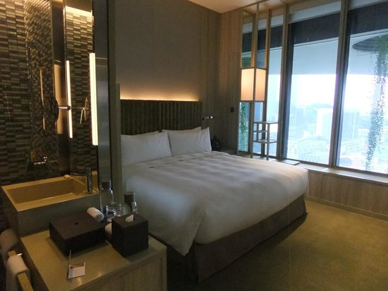PARKROYAL on Pickering : Soothing quiet colours and lighting in your bedroom