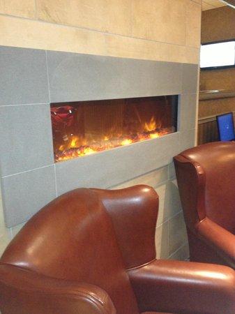 Quality Suites Drummondville: cozy fireplace when you walk in the door