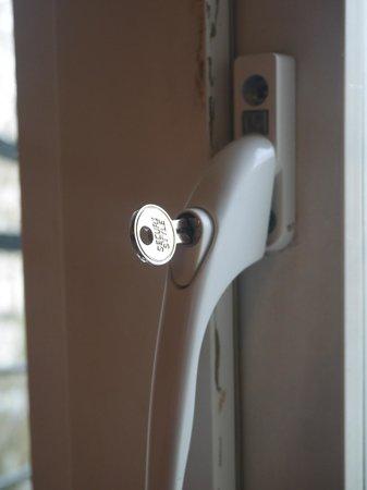 Rhodes Hotel: Fenêtre impossible a fermer & vetuste