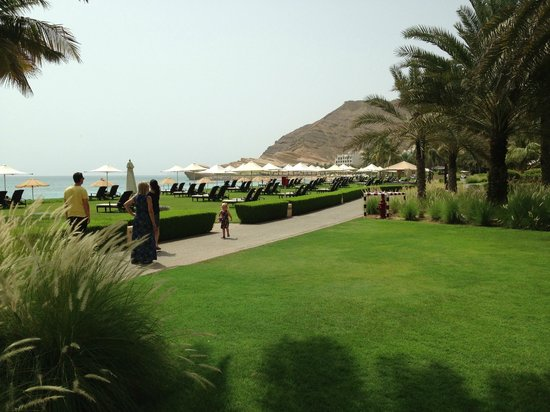 Shangri La Barr Al Jissah Resort & Spa-Al Waha: HOTEL GROUNDS TO BEACH