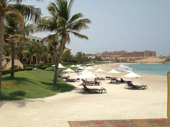 Shangri La Barr Al Jissah Resort & Spa-Al Waha: LOOKING ACROOS TO BEACH TO AL HUSN HOTEL