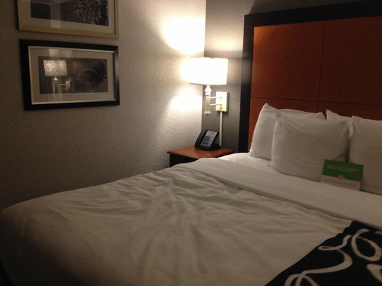 La Quinta Inn & Suites New Orleans Airport: king bed, two room suite.