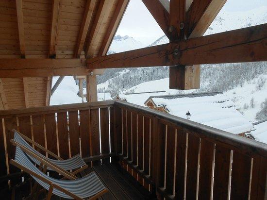 Goelia Les Chalets des Ecourts: balcon avec 2 chiliennes