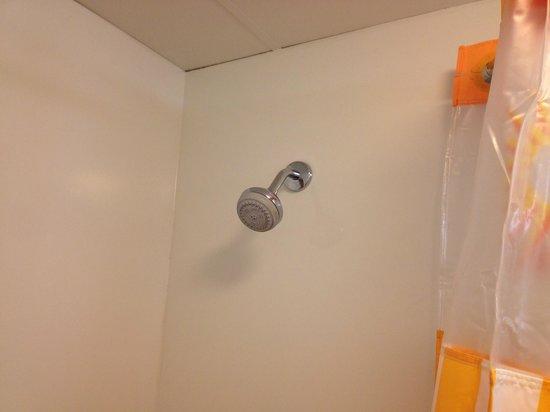 La Quinta Inn & Suites New Orleans Airport : shower, low flow, suite.