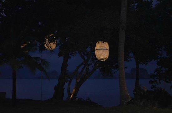 Koyao Island Resort : vue de la chambre le soir