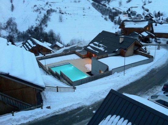 Goelia Les Chalets des Ecourts: vue du balcon, avec piscine et batiment d'accueil