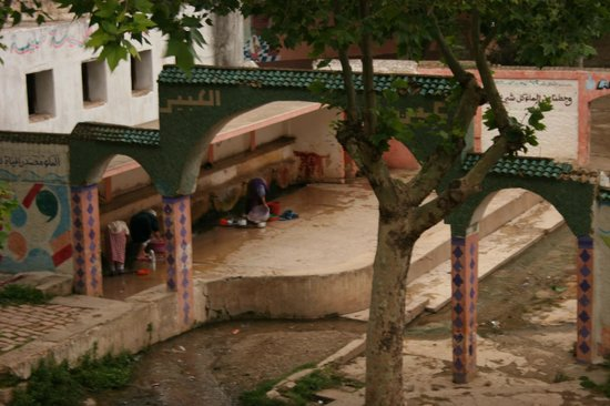 Région de Fès-Boulemane, Maroc : la source Ain kebir, se trouve au centre, les femmes de Bhalil lavent leur linge tous les jours