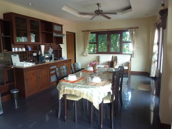 Flora House: Dining area and kitchen