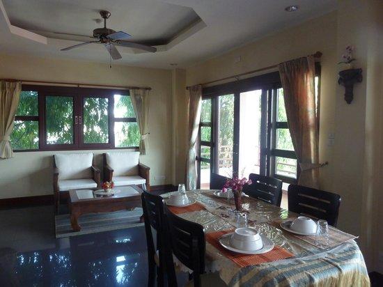 Flora House: Dining area