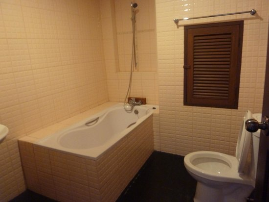 Flora House: Bathroom