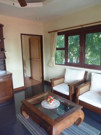 Flora House: Extra window in corner room