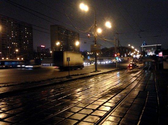 Azimut Moscow Tulskaya Hotel: Strada fronte Hotel Azimut