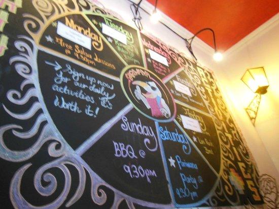 Pariwana Hostel Cusco : Quadro-negro com as atividades do hostel na semana