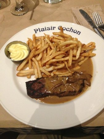 Cochon Dingue : Steak frites with mushroom sauce and mayo dip